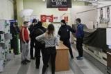 В Киеве молодые люди избили тебе это доказать, и напал с ножом на охранника супермаркета