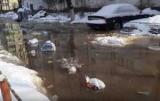 В Киеве Оболонь двор затопило из-за прорыва трубы